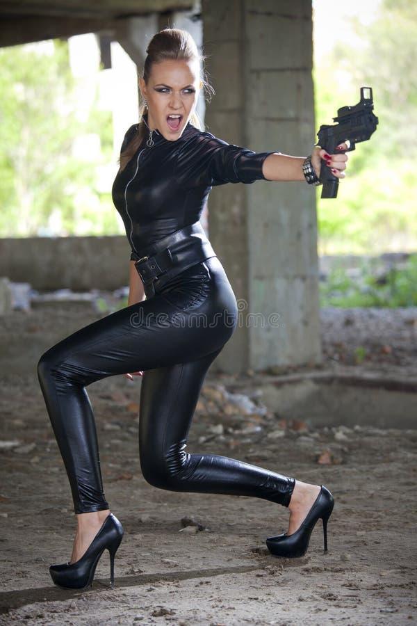 Den ilskna kvinnan med vapnet fördärvar in arkivfoton