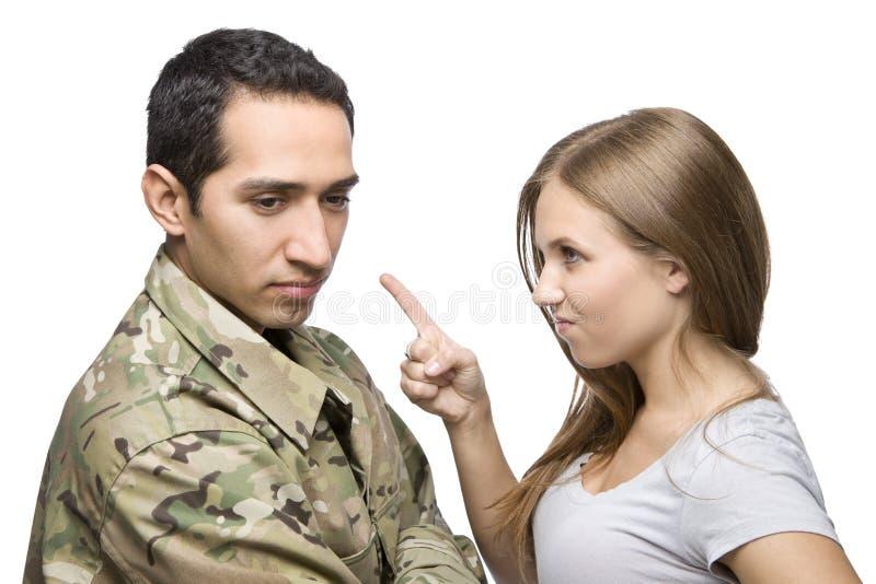 den ilskna militären pekar servicemfrun arkivbilder