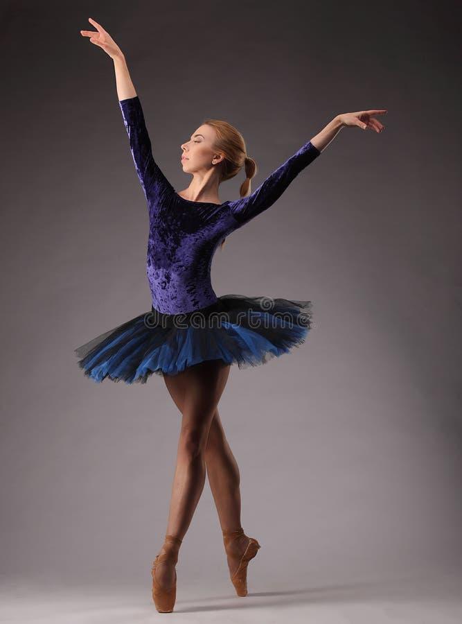 Den Incredibly härliga ballerina i blåttdräkt är posera och dansa i studio Konst för klassisk balett royaltyfria bilder
