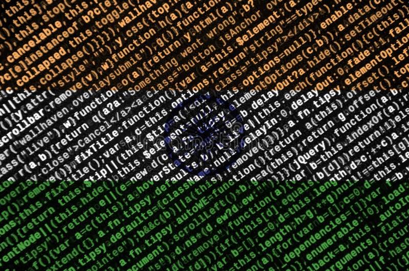 Den Indien flaggan visas på skärmen med programkoden Begreppet av modern teknologi- och platsutveckling arkivfoto