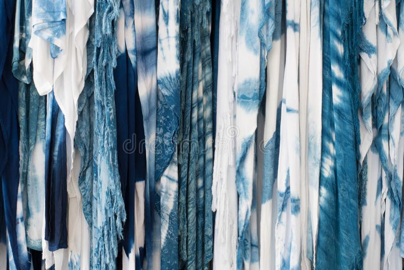 Den indigoblå bandfärgen för tyg som en bakgrund fotografering för bildbyråer