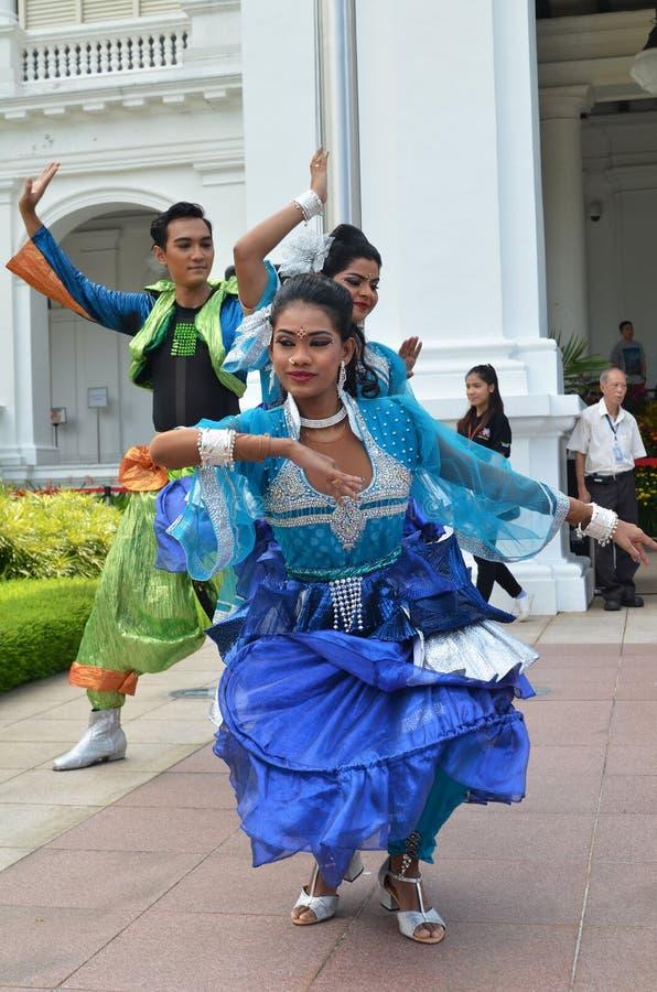 Den indiska dansaren utför på Istanaen, Singapore royaltyfri bild
