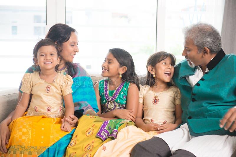 Den indiska familjen firar den Diwali festivalen arkivfoton