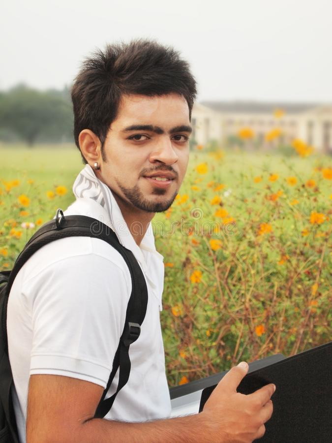 Den indiska högskolestudenten med bokar. fotografering för bildbyråer