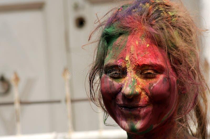 Den indiska hinduiska kvinnan firar Holi eller indisk hinduisk festival av färger en årlig händelse royaltyfria bilder