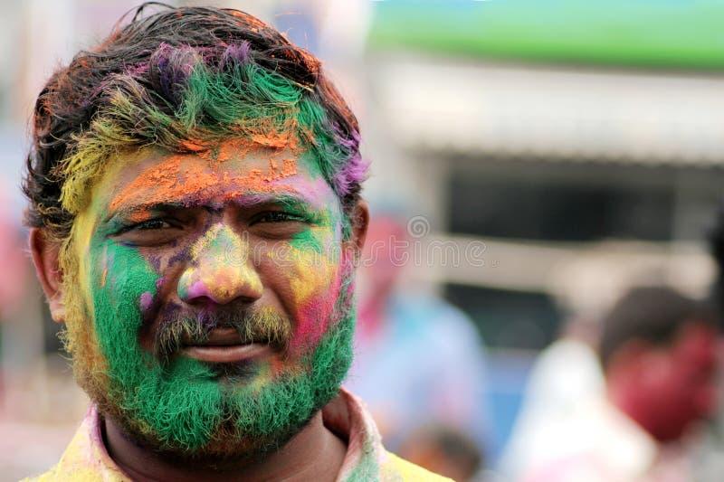 Den indiska hinduiska mannen firar Holi eller indisk hinduisk festival av färger en årlig händelse royaltyfria foton