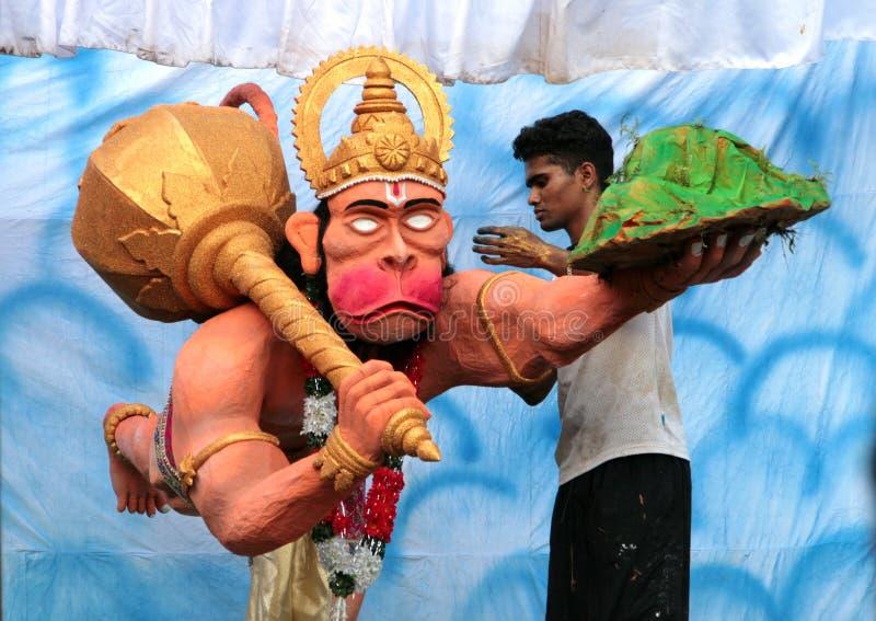 Den indiska mannen som gör en skulptur av den hinduiska guden Hanuman vördade brett, genom hela Indien nära den Maruti templet på royaltyfria foton