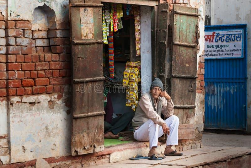 Den indiska marknadsförsäljaren i lokal gata shoppar royaltyfri foto
