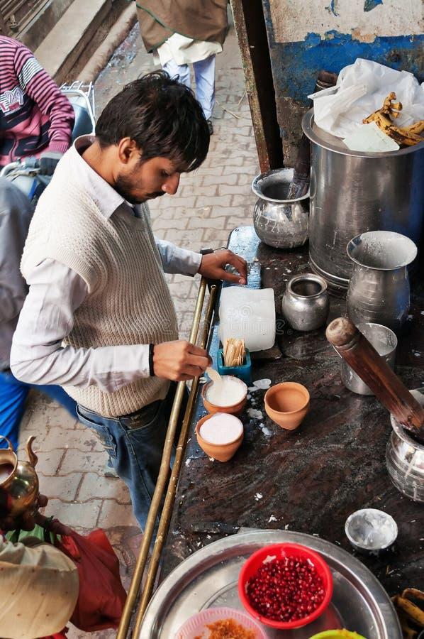 Den indiska mjölkbudet förbereder den populära drinklassien i blå lassi shoppar royaltyfria foton