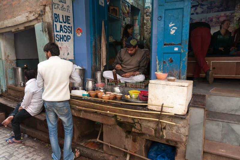 Den indiska mjölkbudet förbereder den populära drinklassien i blå lassi shoppar royaltyfria bilder