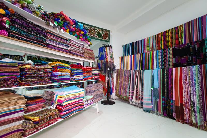 Den indiska textilen shoppar sari arkivfoton