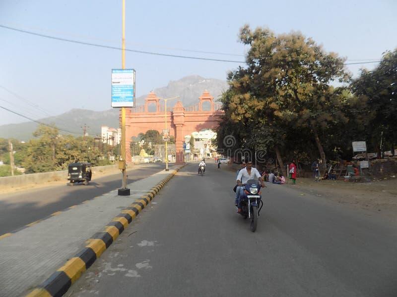 Den indiska vägen och den tillbaka sidan får och berget royaltyfria bilder