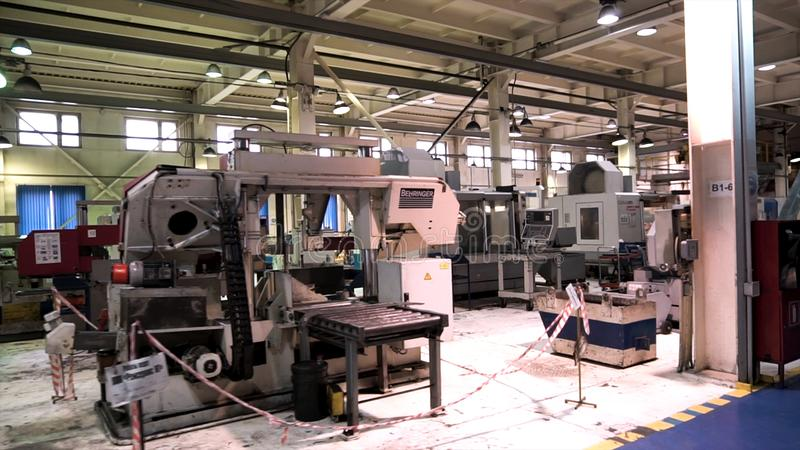 Den industriella inre av bearbeta för metall shoppar på fabriken med den speciala utrustningen footage Produktionkorridor av royaltyfri bild