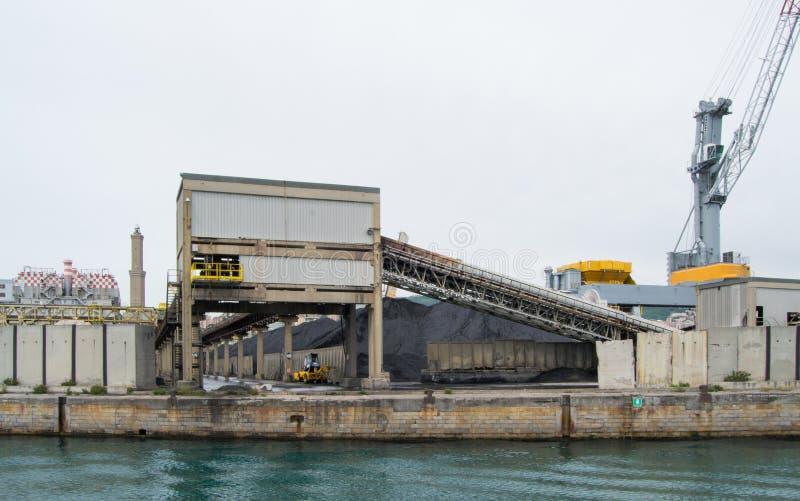 Den industriella sidan av hamnen i Genua, Italien royaltyfri bild