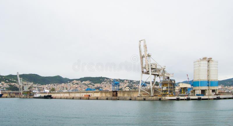 Den industriella sidan av hamnen i Genua, Italien arkivbild
