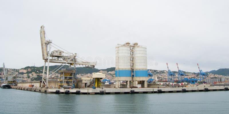 Den industriella sidan av hamnen i Genua, Italien royaltyfria bilder