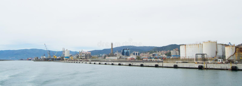 Den industriella sidan av hamnen i Genua, Italien royaltyfria foton
