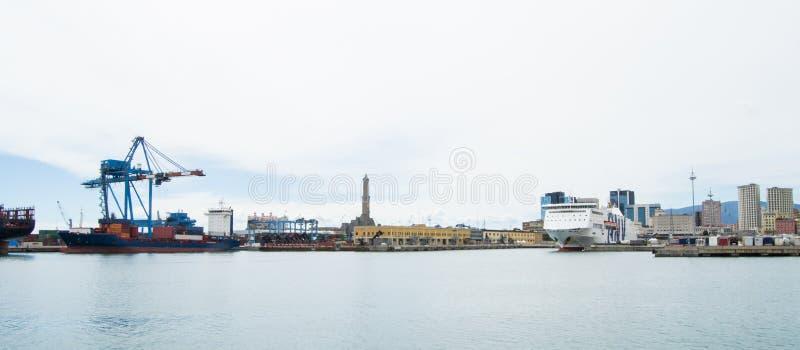 Den industriella sidan av hamnen i Genua, Italien arkivbilder