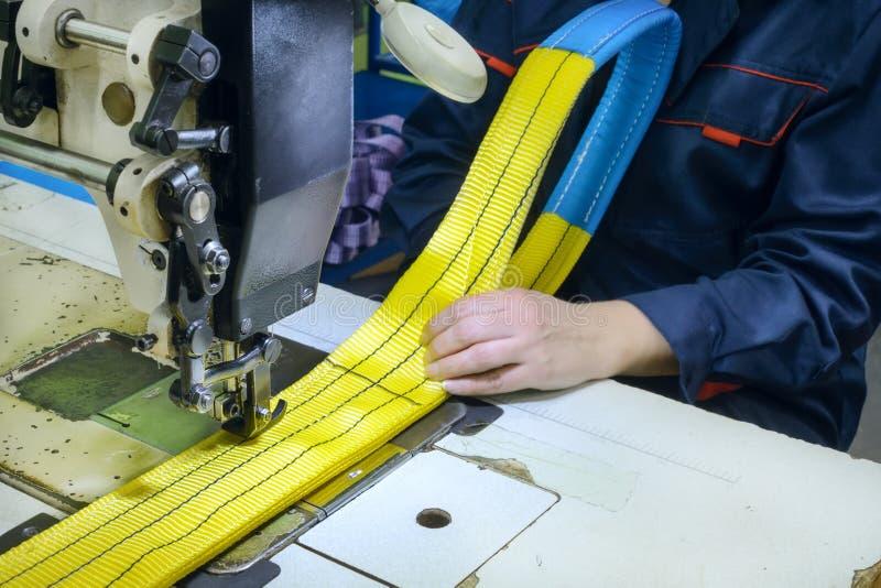 Den industriella symaskinen syr en spärrhjulrem arkivfoton