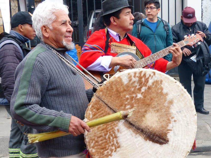 Den infödda bymusikern på ståtar, Ecuador royaltyfri fotografi