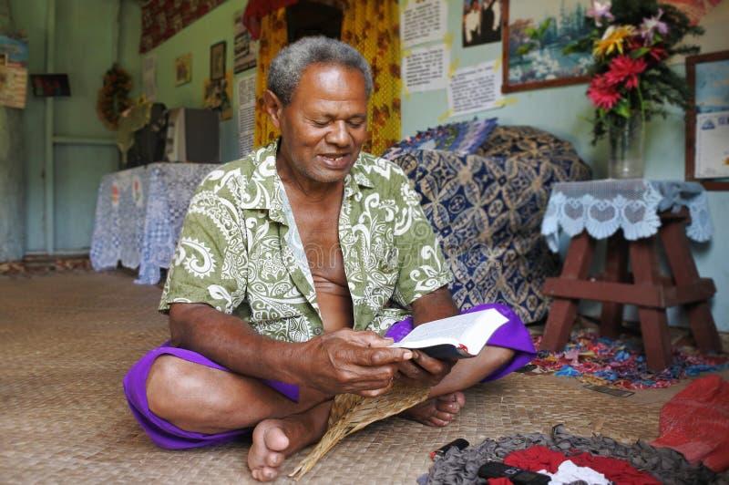 Den infödda Fijianmannen läser bibeln i Fiji royaltyfri foto