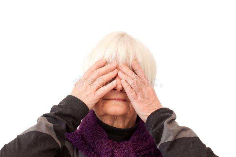 den ingen gammalare onda apan ser kvinnan arkivfoton