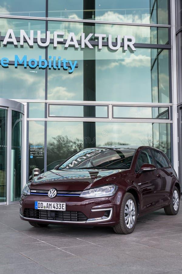 Den inkopplingshybrid- Volkswagen e-golf elbilen står framme av Glasernen Manufaktur - den genomskinliga fabriken, Dresden fotografering för bildbyråer