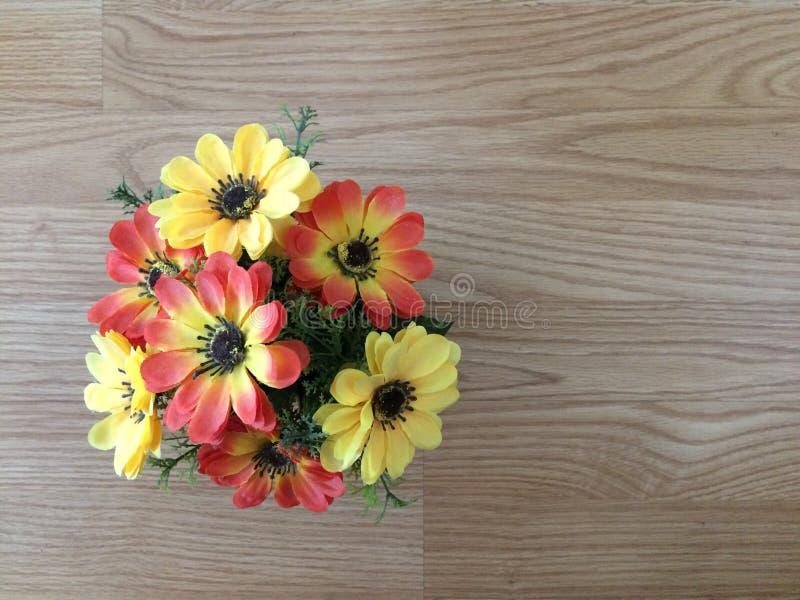Den inlagda blomman är på trätabellen arkivbild