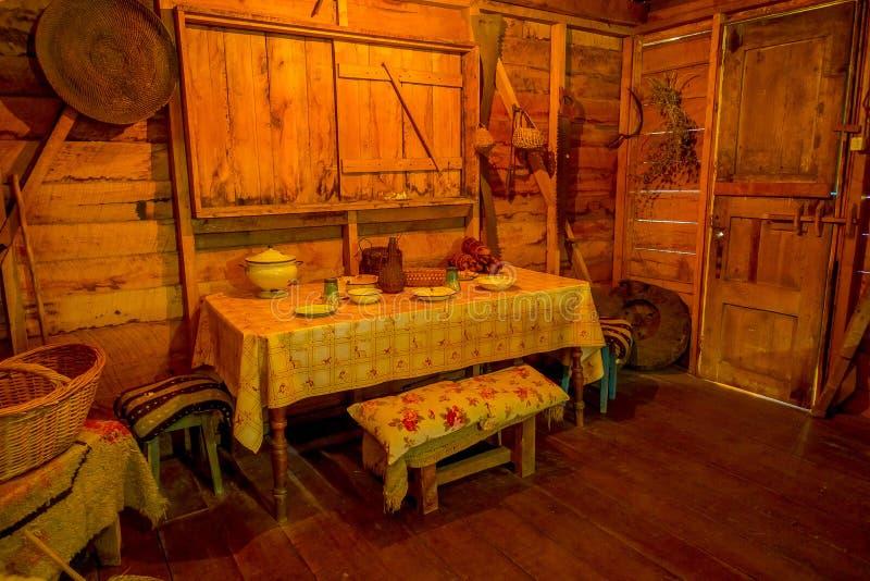 Den inomhus sikten av forntida dinning rumindise av det Chonchi museet fyllde med objekt från 20-tal som donerades av familjer av arkivbild