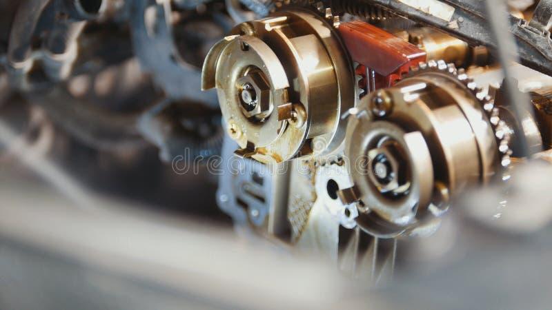 Den inre förbränningsmotorn, reparation på bilservice, detaljer under huven av bilen arkivfoto