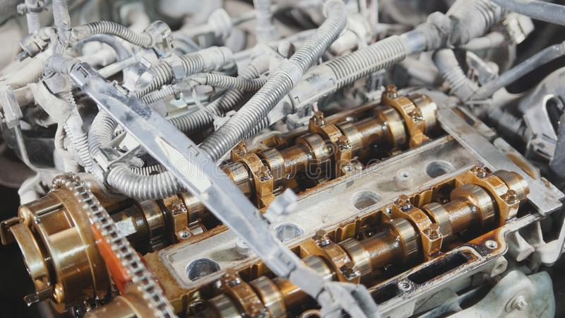 Den inre förbränningsmotorn som demonters, reparation på bilservice, genomgång, under huven av bilen royaltyfri foto