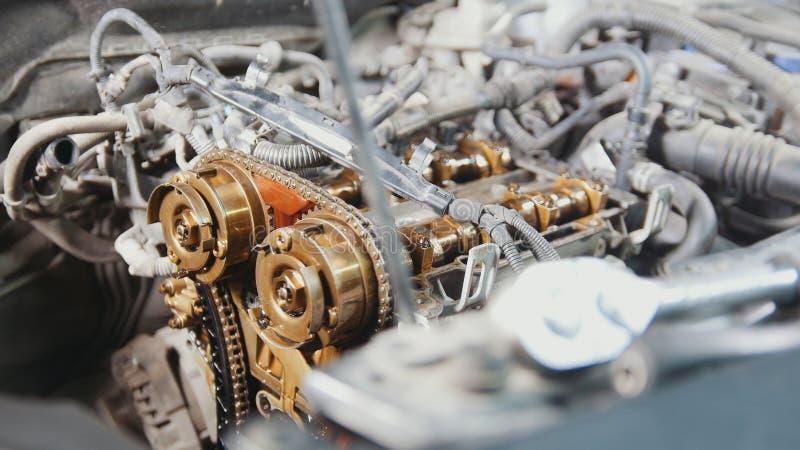 Den inre förbränningsmotorn som demonters, reparation på bilservice, genomgång, under huven av bilen royaltyfria bilder