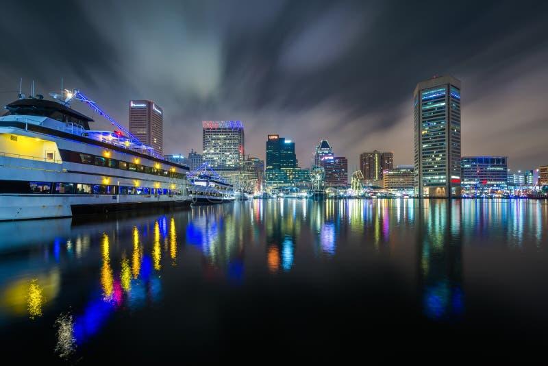 Den inre hamnhorisonten på natten i Baltimore, Maryland royaltyfri fotografi
