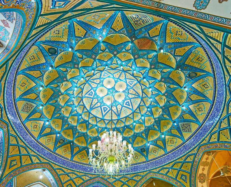 Den inre kupolen av Imamzadeh Helal Ali Holy Shrine, Aran nolla Bidgol, Iran arkivbilder
