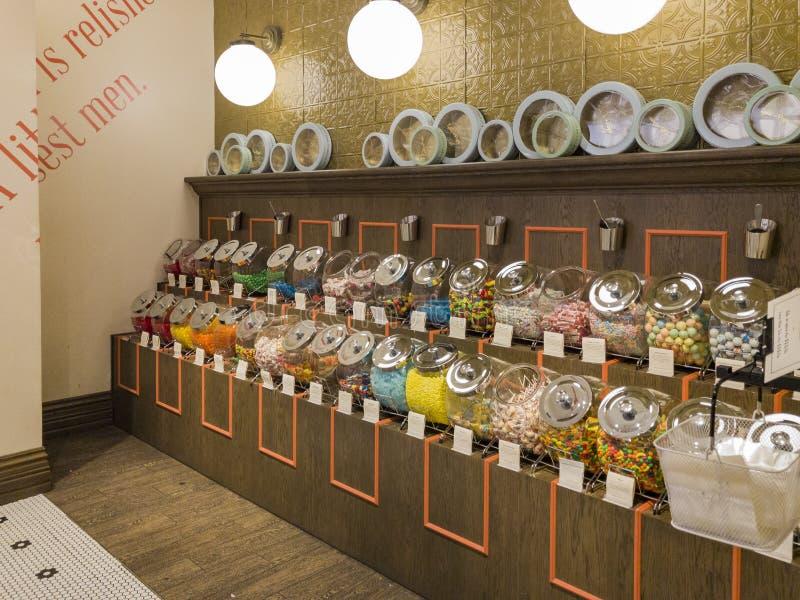 Den inre sikten av en special godis shoppar i Glendale Galleria arkivbilder