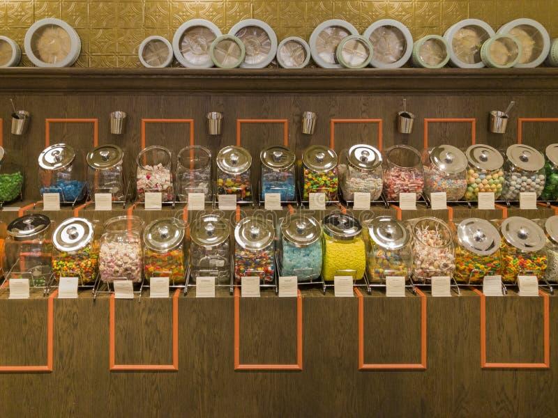 Den inre sikten av en special godis shoppar i Glendale Galleria royaltyfri bild