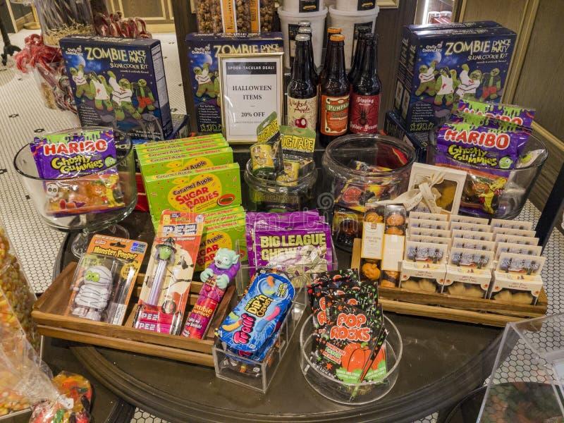 Den inre sikten av en special godis shoppar i Glendale Galleria royaltyfri foto