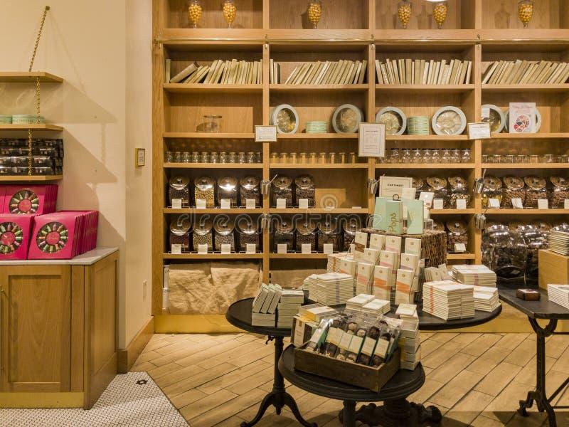 Den inre sikten av en special godis shoppar i Glendale Galleria arkivbild