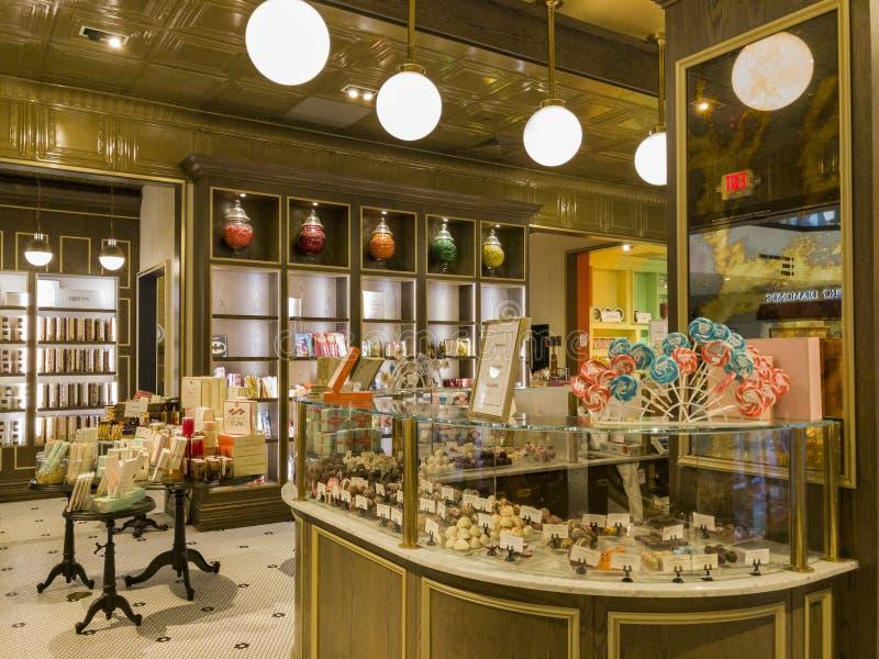 Den inre sikten av en special godis shoppar i Glendale Galleria royaltyfria foton