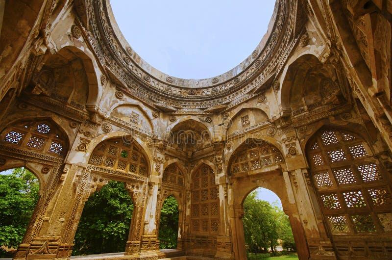 Den inre sikten av en stor kupol på Jami Masjid Mosque, UNESCO skyddade Champaner - arkeologiska Pavagadh parkerar, Gujarat, Indi fotografering för bildbyråer