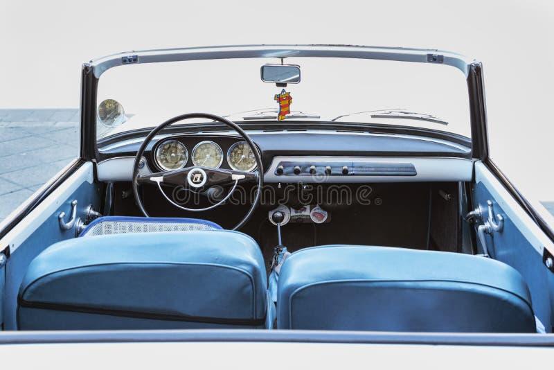 Den inre sikten av instrumenten och instrumentbrädan av tappningbilmodellen Lancia Appia Convertible tillverkade vid italienare L fotografering för bildbyråer