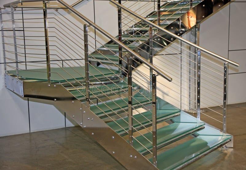 Trappuppgången som göras av, stålsätter och exponeringsglas i en offentlig administr royaltyfria foton