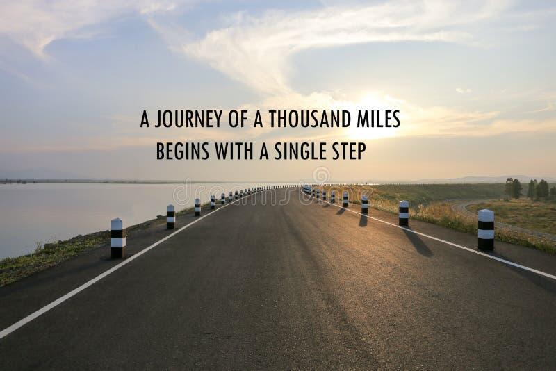 Den inspirerande positiva resan för citationstecken` A av tusen mil börjar med en ` för enkelt moment på en väg- och vattenreserv arkivfoton