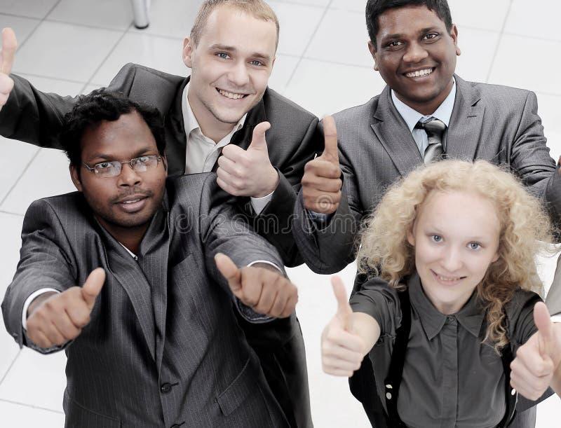 Den internationella affärslagvisningen tummar upp Begreppet av teamwork arkivfoton