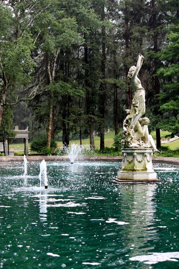 Den invecklade detaljen av marmorerar statyn i stor vattenspringbrunn på jordning, Yaddo trädgårdar, Saratoga Springs, New York,  fotografering för bildbyråer
