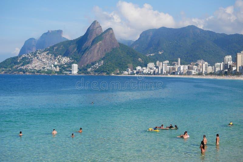 Den Ipanema stranden som ses från Arpoador, vaggar royaltyfri bild