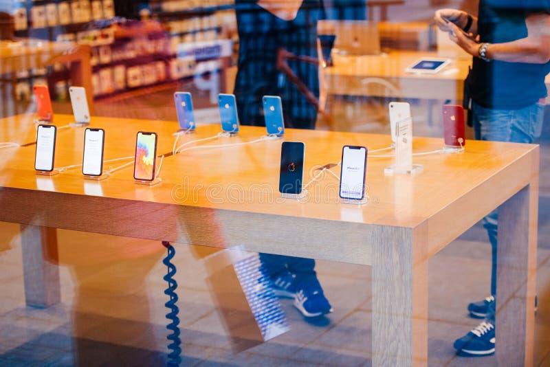 Den IPhone Xr smartphonen vid Apple-datorer lanserar royaltyfria bilder