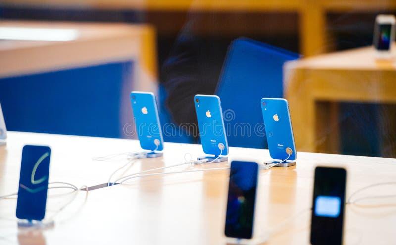 Den IPhone Xr smartphonen vid Apple-datorer lanserar royaltyfria foton
