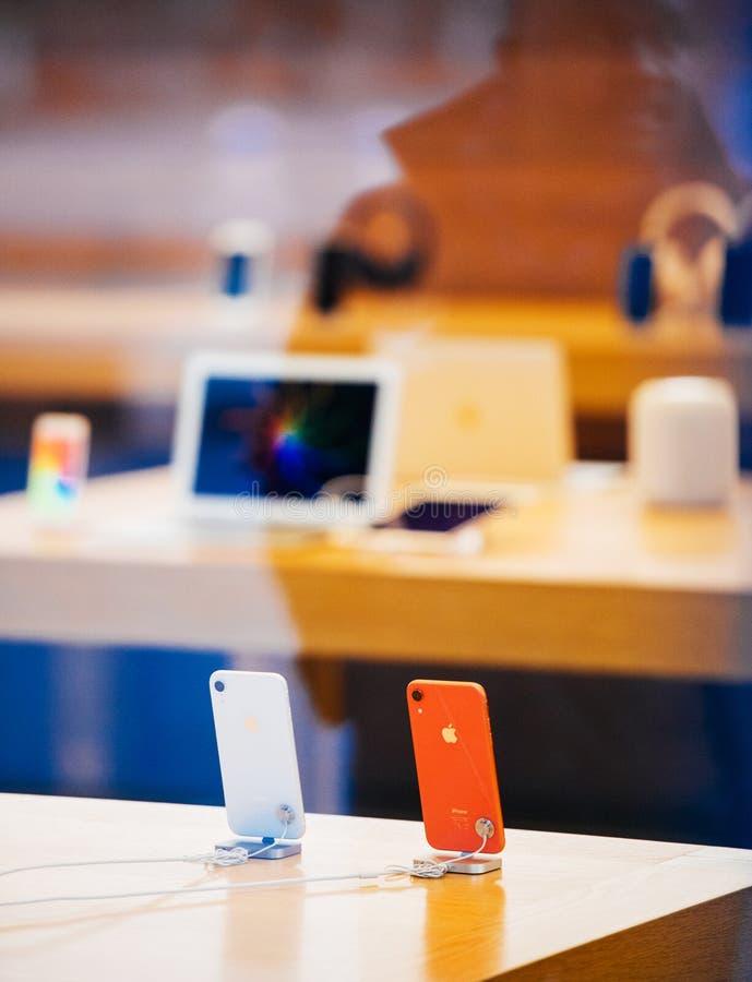 Den IPhone Xr smartphonen vid Apple-datorer lanserar korallfärg royaltyfri fotografi