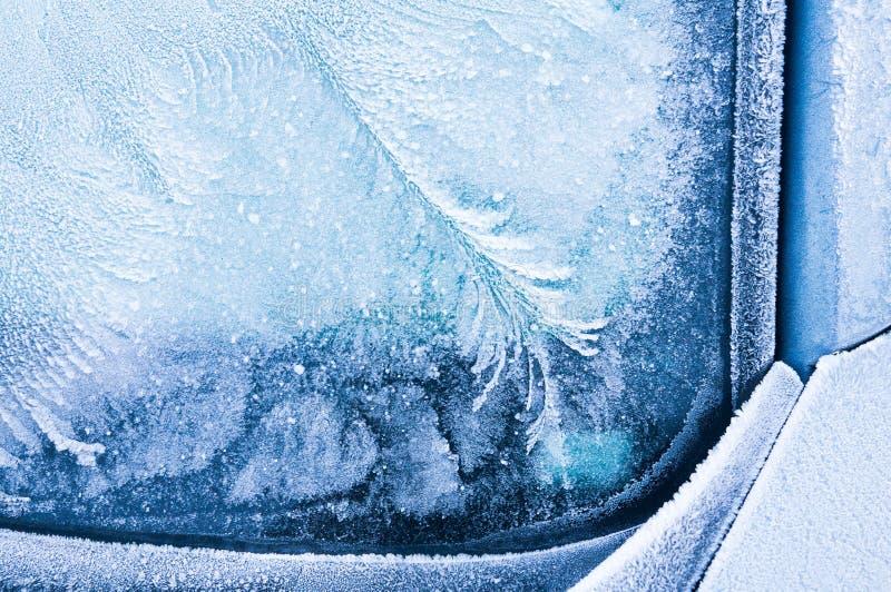 Den iskalla frosten bildar iskristaller i härliga unika modeller på bilen fotografering för bildbyråer